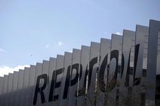 Repsol superó el jueves las expectativas de los analistas al anunciar un incremento del 10,1 por ciento en su beneficio asistida por el encarecimiento del crudo y por el incremento de la producción tras retomarse la extracción en Libia, más rentable que en otros yacimientos. En la imagen, un edificio de Repsol en Madrid, 25 febrero 2016.  REUTERS/Juan Medina/File Photo