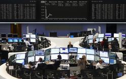 Operadores se encuentran sentados en sus escritorios delante del tablero de DAX en la bolsa de valores de Fráncfort, Alemania, 29 de junio de 2015.  REUTERS/Ralph Orlowski/Files