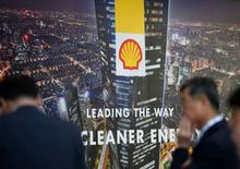 El logo de Royal Dutch Shell es visto en Gastech, la mayor exposición del mundo para la industria del gas, en Chiba, Japón, 4 de abril de 2017.    REUTERS/Toru Hanai/Files
