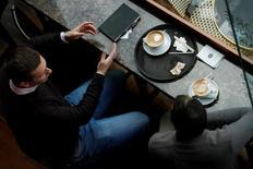 Clientes disfrutan un café en Caffe Nero en Manchester, Gran Bretaña. 28 de abril 2017. La economía de Reino Unido recuperó algo de vuelo en abril, tras desacelerarse a principios de 2017, según insinuó un sondeo, en una buena noticia para la primera ministra, Theresa May, antes de la elección nacional que se celebrará en un mes. REUTERS/Jason Cairnduff - RTS14RC2