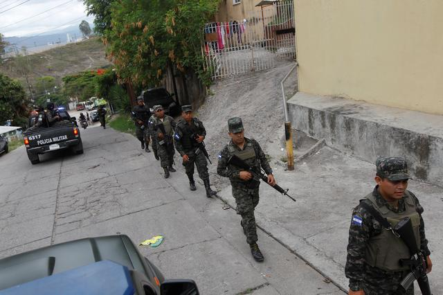 Members of the military police carry out a routine foot patrol at El Pedregal neighbourhood Tegucigalpa, Honduras, May 3, 2017. REUTERS/Jorge Cabrera