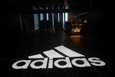 IMAGEN DE ARCHIVO: El logo de Adidas se puede ver en el suelo de un evento en Nueva York, Estados Unidos. 6 de abril 2017. Las acciones de Adidas tocaron un máximo histórico el jueves luego de que la firma alemana de ropa deportiva reportara un aumento mayor al esperado en sus ventas y ganancias del primer trimestre, que también superaron a las de su rival Nike en Norteamérica y China y reflejaron un rápido crecimiento en el mercado de internet. REUTERS/Joe Penney/File Photo