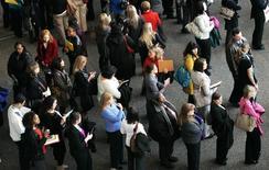 En la imagen de archivo, cientos de solicitantes de empleo esperan con sus currículums para hablar con empleadores en la feria de empleo sanitario del Colorado Hospital Association en Denver, el 9 de abril de 2013.El número de estadounidenses que presentaron nuevas solicitudes de subsidios por desempleo cayó más a lo previsto la semana pasada, lo que apunta a una mejoría del mercado laboral que podría alentar a la Reserva Federal a subir las tasas de interés el próximo mes. REUTERS/Rick Wilking