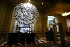 El emblema del Banco Central de Chile en Santiago, mar 24, 2017. El dinamismo de los negocios en Chile mejoraría en el transcurso del año y continuaría su recuperación en 2018, aunque con una ausencia de proyectos de inversión relevantes, mostró el jueves un estudio del Banco Central.  REUTERS/Ivan Alvarado