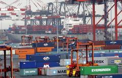 Containers en el puerto de Nueva York, Estados Unidos. 2 de julio 2009.  El déficit comercial estadounidense mejoró ligeramente en marzo ante declives considerables tanto de las exportaciones como de las importaciones, mostraron el jueves los datos del gobierno. REUTERS/Mike Segar    (UNITED STATES BUSINESS) - RTR25JGT
