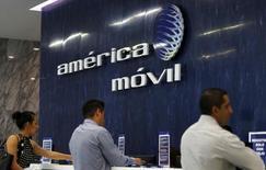 El logo de América Móvil en la recepción de sus oficinas en Ciudad de México, AAgosto 12, 2015. El gigante mexicano América Móvil dijo el jueves que recibió la  autorización del regulador de las telecomunicaciones para realizar la anunciada adquisición de los derechos de unos 60 Megahertz (MHz) de espectro radioeléctrico en la banda 2.5 Gigahertz (GHz) del Grupo MVS. REUTERS/Henry Romero