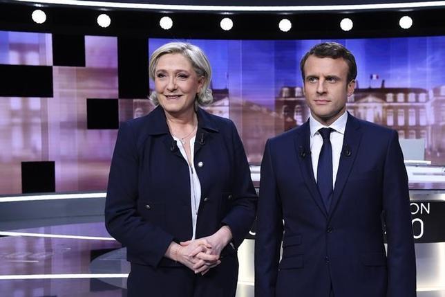 5月4日、7日の仏大統領選の決選投票を控え、3日夜行なわれた候補者によるテレビ討論会では、中道系独立候補のマクロン前経済相(写真右)が極右政党・国民戦線のルペン氏に勝ったとの見方が優勢となっている。写真は3日、パリ近郊で行われた討論会での両氏。代表撮影(2017年 ロイター)