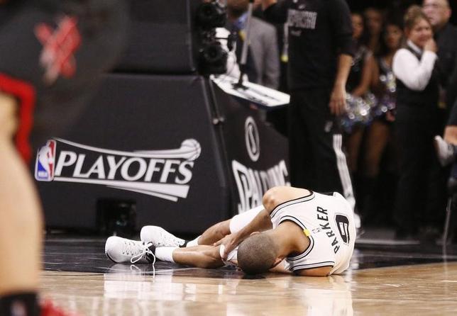 5月4日、米プロバスケットボール協会(NBA)のスパーズは、ベテランPGのトニー・パーカーが四頭筋腱断裂により、今季プレーオフの残り試合を欠場すると発表した。写真は3日に行われたロケッツ戦で負傷した時の様子(2017年 ロイター/Soobum Im-USA TODAY Sports)