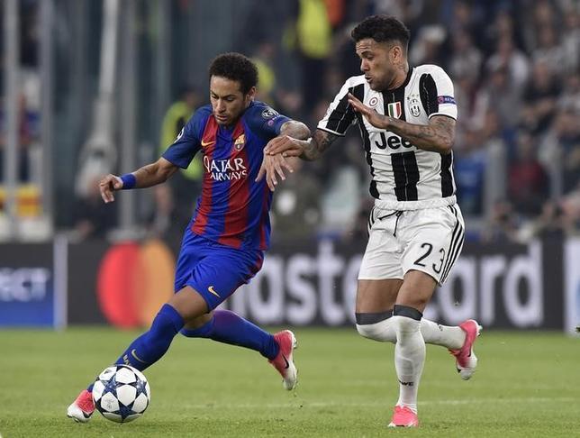 5月4日、スペインの裁判所は、サッカーのスペイン1部、バルセロナに所属するブラジル人FWネイマール(写真左)の移籍に関して不正があったとされる問題で、同選手に出廷命令を出した。4月撮影(2017年 ロイター)