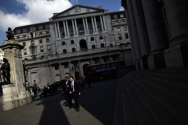 FILE PHOTO: Pedestrians walk past the Bank of England in the City of London, Britain April 19, 2017. REUTERS/Hannah McKay