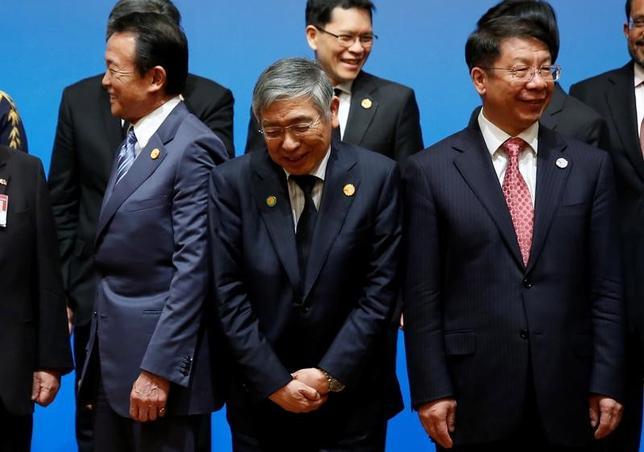 5月5日、日中韓と東南アジア諸国連合(ASEAN)の財務相と中央銀行総裁は、横浜市で会合を開き、世界経済や金融協力について意見交換した。共同声明で経済の不確実性として保護主義を明記するとともに、併せて、同地域での協力体制強化への原則を示した「横浜ビジョン」を採択した。写真は5日横浜市で撮影(2017年 ロイター/Issei Kato)