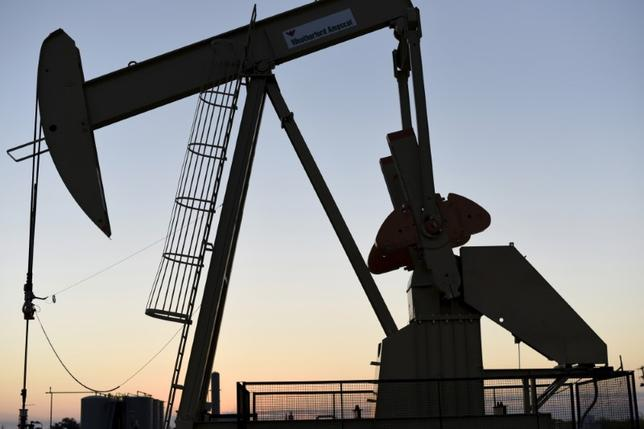 5月5日、アジア時間の取引で、原油先物が下値を押す展開となっている。オクラホマで2015年撮影(2017年 ロイター/Nick Oxford)