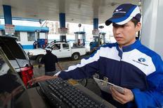 Un hombre prepara la boleta en una estación de servicio en Quito, Ecuador. 1 de junio 2016. La inflación en Ecuador se desaceleró a un 1,09 por ciento interanual en abril, informó el viernes la agencia oficial de estadística. REUTERS/Guillermo Granja - RTX2F88G