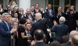 """El presidente de Estados Unidos, Donald Trump, celebra la derogación de """"obamacare"""" en Washington, Estados Unidos. 4 de mayo 2017.La Cámara de Representantes de Estados Unidos, controlada por los republicanos, planea volver a concentrarse en la reforma tributaria después de concluir esta semana un debate sobre del sistema de salud y aprobar la derogación del llamado """"Obamacare"""". REUTERS/Carlos Barria"""