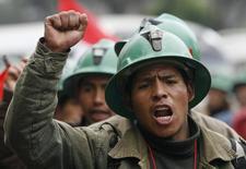 """Un minero protesta en las calles en Lima, Perú. 2 de julio 2008. Los trabajadores mineros de Perú aprobaron el viernes realizar una huelga nacional en junio en rechazo de """"normas antilaborales"""" del Gobierno, dijo el secretario general del gremio de sindicatos del sector, Ricardo Juárez. REUTERS/Mariana Bazo"""