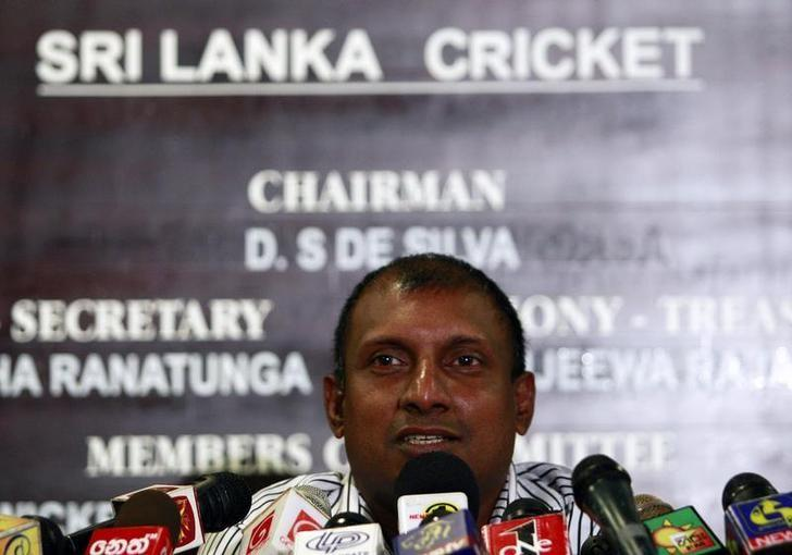 Aravinda de Silva speaks during a news conference in Colombo June 10, 2010. REUTERS/Dinuka Liyanawatte