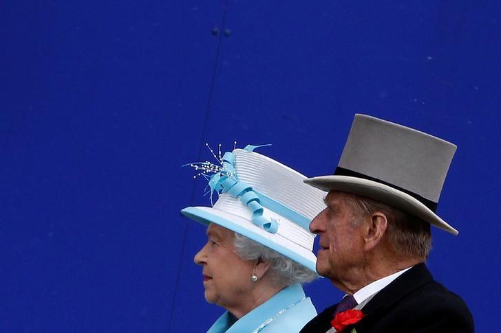 FILE PHOTO -  Britain's Queen Elizabeth and Prince Philip arrive for the fourth day of racing at Royal Ascot in southern England in this June 18, 2010 file photo.  REUTERS/Stefan Wermuth/Files