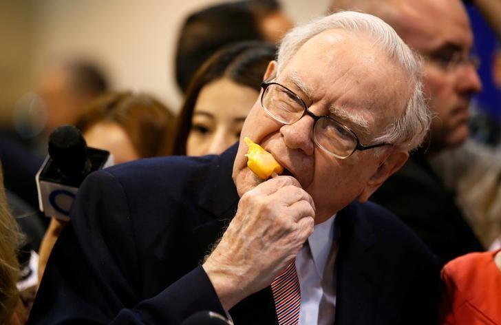 Berkshire Hathaway chairman and CEO Warren Buffett enjoys an ice cream treat from Dairy Queen before the Berkshire Hathaway annual meeting in Omaha, Nebraska, U.S. May 6, 2017. REUTERS/Rick Wilking