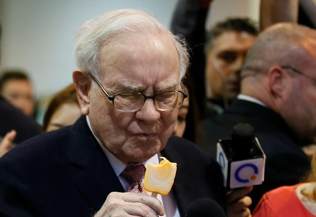Berkshire Hathaway chairman and CEO Warren Buffett eats an ice cream treat from Dairy Queen before the Berkshire Hathaway annual meeting in Omaha, Nebraska, U.S. May 6, 2017. REUTERS/Rick Wilking