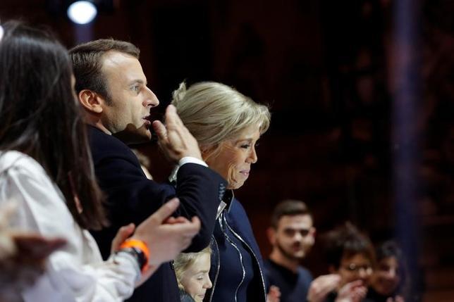 5月7日、仏内務省は大統領選決選投票について、マクロン氏(左から2番目)の得票率が有効票中の64.16%となったと発表した(2017年 ロイター/Philippe Wojazer)