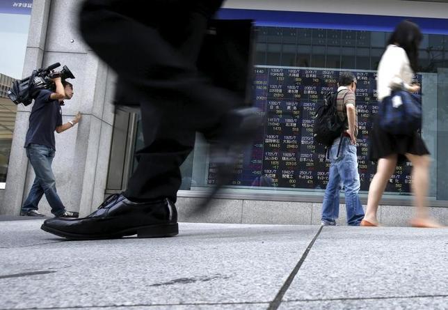 5月8日、前場の東京株式市場で、日経平均株価は前営業日比349円49銭高の1万9795円19銭となり大幅続伸。写真は都内で2015年6月撮影(2017年 ロイター/Issei Kato)