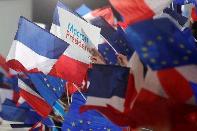 5月8日、フランス大統領選決選投票で当選を決めたマクロン前経済相の経済顧問であるジャン・ピザニフェリー氏は、次期大統領は英国の欧州連合(EU)離脱を巡る交渉には強い態度で臨む見通しだが、同国に報復することは考えていないとの見解を示した。写真はパリで1日撮影(2017年 ロイター/Philippe Wojazer)