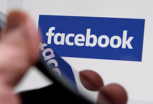 5月8日、米フェイスブックは英国の総選挙を6月8日に控え、同国の新聞でフェイクニュース(偽記事)の危険を読者に警告する広告キャンペーンを開始した。写真はフェイスブックのロゴ、2月仏ボルドーで撮影(2017年 ロイター/Regis Duvignau)