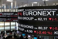 En la imagen, la Bolsa de París, el 14 de diciembre de 2016. Las bolsas europeas alcanzaron brevemente nuevos máximos en las primeras operaciones del lunes antes de pasar a territorio negativo con el lastre de los bancos, luego de que el resultado de las elecciones presidenciales francesas generó cierta toma de ganancias.El índice paneuropeo STOXX 600 bajaba un 0,2 por ciento, mientras que el francés CAC caía un 0,4 por ciento después de alcanzar sus niveles más altos en más de nueve años y el alemán DAX cotizaba estable, manteniéndose cerca de máximos. REUTERS/Benoit Tessier