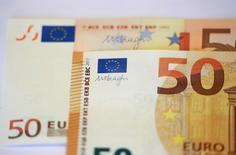 El banco Central Alemán presenta el nuevo billete de 50 Euros, en Fráncfort, Alemania. 16 de marzo 2017. El euro retrocedía el lunes desde los máximos alcanzados por la victoria de Emmanuel Macron en las presidenciales francesas, ya que los inversores recogían la ganancias por el avance de 3 por ciento que acumuló la moneda desde que el candidato de centro se impuso en la primera vuelta, hace tres semanas. REUTERS/Kai Pfaffenbach