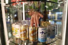 IMAGEN DE ARCHIVO: Un vendedor ajusta latas de soda en el aeropuerto de Pyongyang. 11 de abril 2017. Desde pasta de dientes con sabor a zanahoria y mascarillas de carbón hasta motocicletas y paneles solares, los visitantes a Corea del Norte aseguran que hay cada vez más productos locales en las tiendas y supermercados del aislado país asiático en reemplazo, en su mayoría, de las importaciones chinas. REUTERS/Damir Sagolj/File Photo