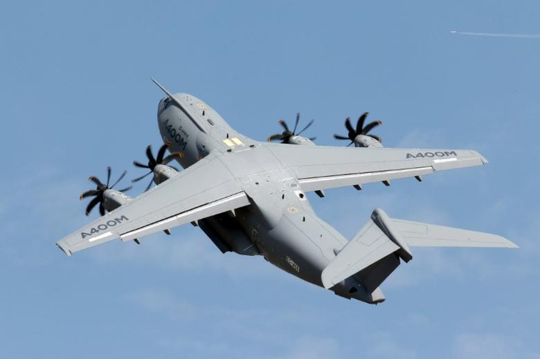 An Airbus A400M military aircraft participates in a flying display during the 51st Paris Air Show at Le Bourget airport near Paris, France, June 16, 2015.  REUTERS/Pascal Rossignol/Files