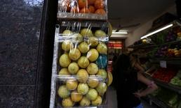 Unos limones en una verdulería en Buenos Aires, ene 24, 2017. Los precios minoristas de Argentina habrían aumentado un 2 por ciento en abril, afectados principalmente por un alza en las tarifas de gas y en los alimentos, según el promedio de estimaciones en un sondeo de Reuters publicado el lunes.  REUTERS/Marcos Brindicci