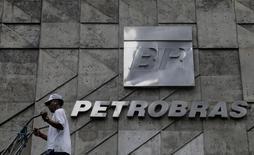 Sede de Petrobras en Río de Janeiro, Brasil. 13/04/2017. La petrolera estatal brasileña Petrobras dijo que el jefe de sus operaciones en Bolivia estaba bajo arresto domiciliario debido a una disputa por pagos con un contratista local. REUTERS/Ricardo Moraes