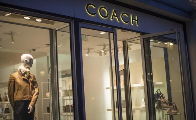 5月8日、米高級皮革ブランドのコーチは、米ファッションブランド、ケイト・スペードを24億ドルで買収すると発表した。写真は米カリフォルニア州で2015年1月撮影(2017年 ロイター/Mario Anzuoni)