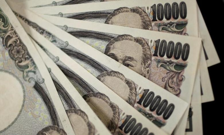A picture illustration shows Japanese 10,000 yen notes featuring a portrait of Yukichi Fukuzawa, the founding father of modern Japan, August 2, 2011.  REUTERS/Yuriko Nakao/File Photo