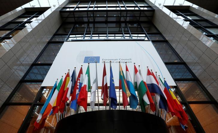 资料图片:2016年12月,布鲁塞尔,欧盟总部内悬挂的成员国国旗。REUTERS/Yves Herman