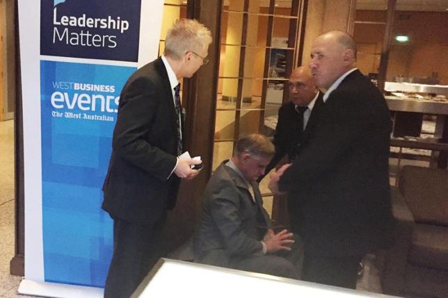 豪カンタス航空のアラン・ジョイス最高経営責任者(CEO)が9日、パースでのイベントで講演中、クリームパイを顔面になすりつけられる出来事があった。犯人はスーツ姿の男で、すぐに警備員らに取り押さえられた。提供写真(2017年 ロイター/AAP/Gregory Roberts)