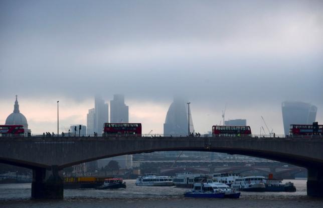 5月9日、欧州の銀行は、英国の欧州連合(EU)離脱交渉に絡みイングランド銀行(英中央銀行)から追加資本によるロンドン業務の強化を求められるようになった場合、数千人の人員を英国外に移さざるを得なくなると警告している。写真はテムズ川から見えるロンドン金融街。昨年10月撮影(2017年 ロイター/Toby Melville)