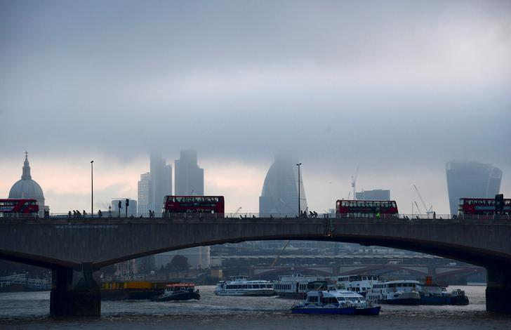 City workers cross the River Thames with the City of London financial district seen behind them, in Britain October 27, 2016. REUTERS/Toby Melville/Files
