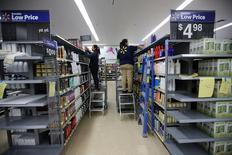 Los trabajadores almacenan los estantes en un recién construido Walmart Super Center antes de su apertura en Compton, California. 10 de enero 2017.  Los inventarios mayoristas en Estados Unidos crecieron en marzo y las ventas permanecieron estables, en contraposición a una estimación inicial del Gobierno que indicaba una modesta baja. REUTERS/Mike Blake