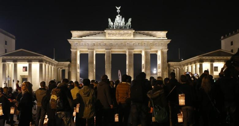 The Brandenburger Tor gate is pictured before Earth Hour in Berlin March 29, 2014.   REUTERS/Fabrizio Bensch