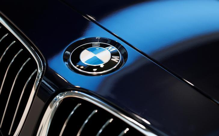 A BMW logo is pictured before the annual news conference of German premium automaker BMW in Munich March 19, 2014.     REUTERS/Michaela Rehle/Files