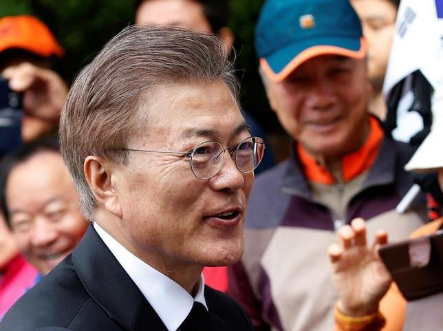 5月10日、聯合ニュースによると、韓国で大統領に就任した文在寅(ムン・ジェイン)氏(写真)は、全羅南道知事の李洛淵(イ・ナクヨン)氏を次期首相に指名した。きょう正式発表するという(2017年 ロイター/Kim Kyung-Hoon)