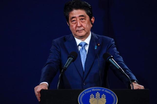 5月10日、安倍晋三首相(写真)は政府・与党連絡会議で、韓国の文在寅大統領誕生を受け、「韓国は戦略的利益を共有する最も重要な同盟国」とした上で、北朝鮮問題での連携を強化する考えを示した。ロンドンで4月撮影(2017年 ロイター/Peter Nicholls)