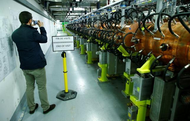 5月9日、欧州合同原子核研究機関(CERN)は、設置から39年を経た粒子加速器を更新し、持ち運び可能な機種につながる新たな装置を導入したと発表した。ガン治療や美術工芸品の分析などに役立つと期待されるという。写真は新たに導入されたLHC入射器である線形加速器「Linac 4」(2017年 ロイター/Denis Balibouse)