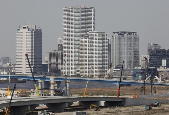 5月10日、内閣府が公表した3月の景気動向指数(速報)は、景気の先行きを示す先行指数が105.5となり前月比で0.8ポイント上昇、2カ月連続のプラスとなった。写真は都内の高層マンション。2012年4月撮影(2017年 ロイター/Yuriko Nakao)