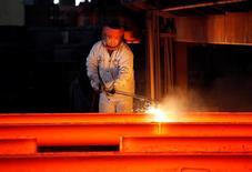 Foto de archivo: Un empleado trabaja en la Huaxi Iron and Company en la localidad de Huaxi, China, 2 de diciembre del 2010. La inflación a los productores de China se enfrío en abril por segundo mes sucesivo debido a que los precios del mineral de hierro y el carbón siguieron cayendo, presionados por temores a que la demanda doméstica no sea lo suficientemente fuerte para absorber los crecientes suministros de acero. REUTERS/Carlos Barria