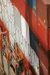 Imagen de archivo de unos contenedores en el puerto de Cartagena, Colombia, mayo 14, 2012. La recaudación de impuestos en Colombia aumentó un 4,7 por ciento entre enero y abril a 46,5 billones de pesos (15.671 millones de dólares) frente a igual lapso del año pasado, informó el miércoles la Dirección de Impuestos y Aduanas Nacionales (DIAN).  REUTERS/Joaquin Sarmiento