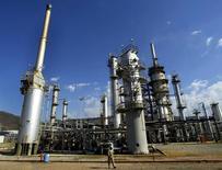 Imagen de archivo de la refinería de la estatal PDVSA en Puerto La Cruz, Venezuela. Las operaciones de la refinería venezolana de Puerto La Cruz se encuentran al mínimo por falta de crudo y problemas operativos, dijeron el miércoles a Reuters un líder sindical y un trabajador de la instalación.   REUTERS/Jorge Silva/File