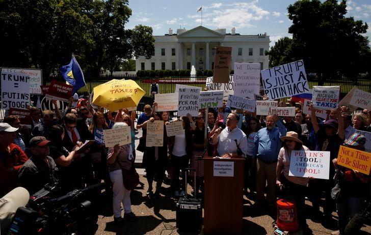 2017年5月10日,美国华盛顿,特朗普解除FBI局长科米职务后,抗议者聚集在白宫外。REUTERS/Jonathan Ernst